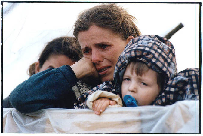Refugees crossing into Albania from Kosovo, Easter morning 1999 :: copyright Tearfund