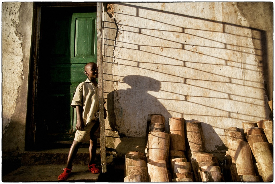 Me and my shadow... :: Rwanda 1998 :: photo Richard Hanson copyright Tearfund