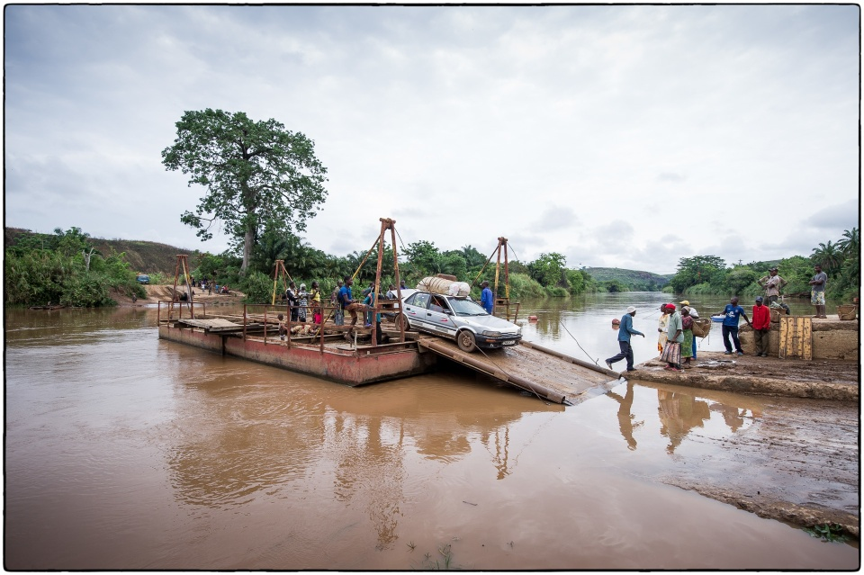 Roll on, Roll off ferry, between Loutete and Kolo, Congo, October 2012 :: copyright Richard Hanson for Bible Society
