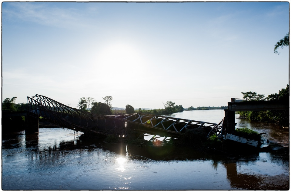 Collapsed road bridge, Roll on, Roll off ferry, between Kolo and Mouyondzi, Congo, October 2012 :: copyright Richard Hanson for Bible Society