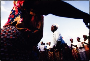 Dancing on the border :: Ghana 1998 :: copyright Tearfund