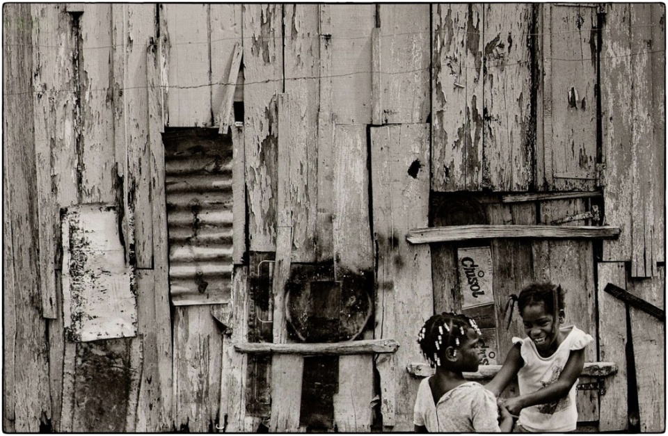 Migrant Haitian sugar picking family, Dominican Republic, 1996 :: photo Richard Hanson :: copyright Tearfund