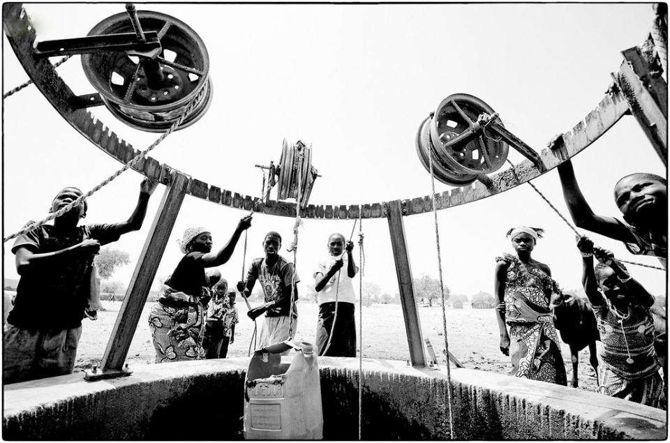 Collecting water in central Niger, March 2012 :: photo copyright Richard Hanson, shot for Tearfund