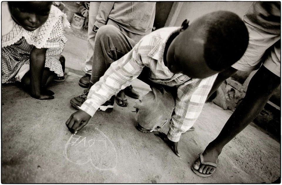Love in Kigali, 1999 :: photo Richard Hanson copyright Tearfund